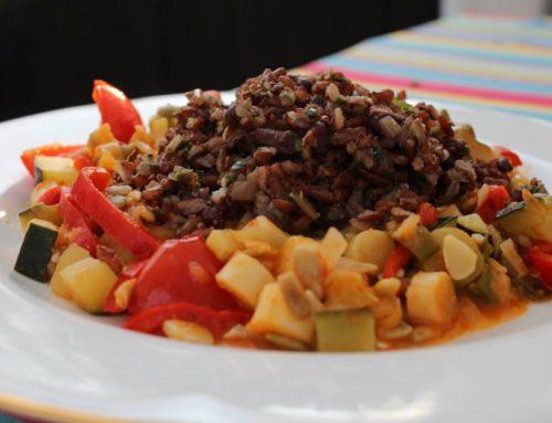 Zelenina na paradajkovej omáčke s červenou ryžou a medvedím cesnakom