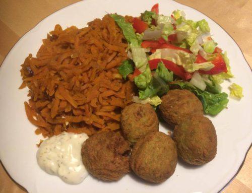Falafel s teplou mrkvou a zeleninovým šalátom